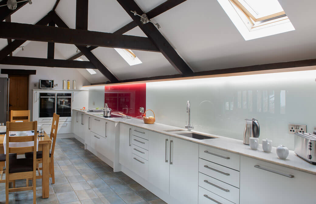 This stunning worktop to ceiling splashback offers intense style and comfort to this Fowey Kitchen