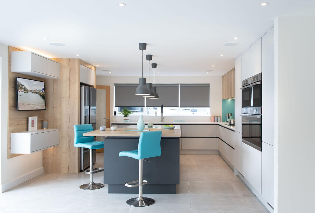 A minimalistic handleless kitchen from our Cary range